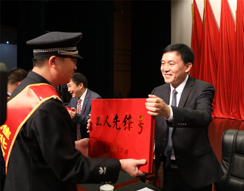 """张永书记在淮北市庆祝""""五一""""国际劳动节大会上为工人先锋号颁奖"""