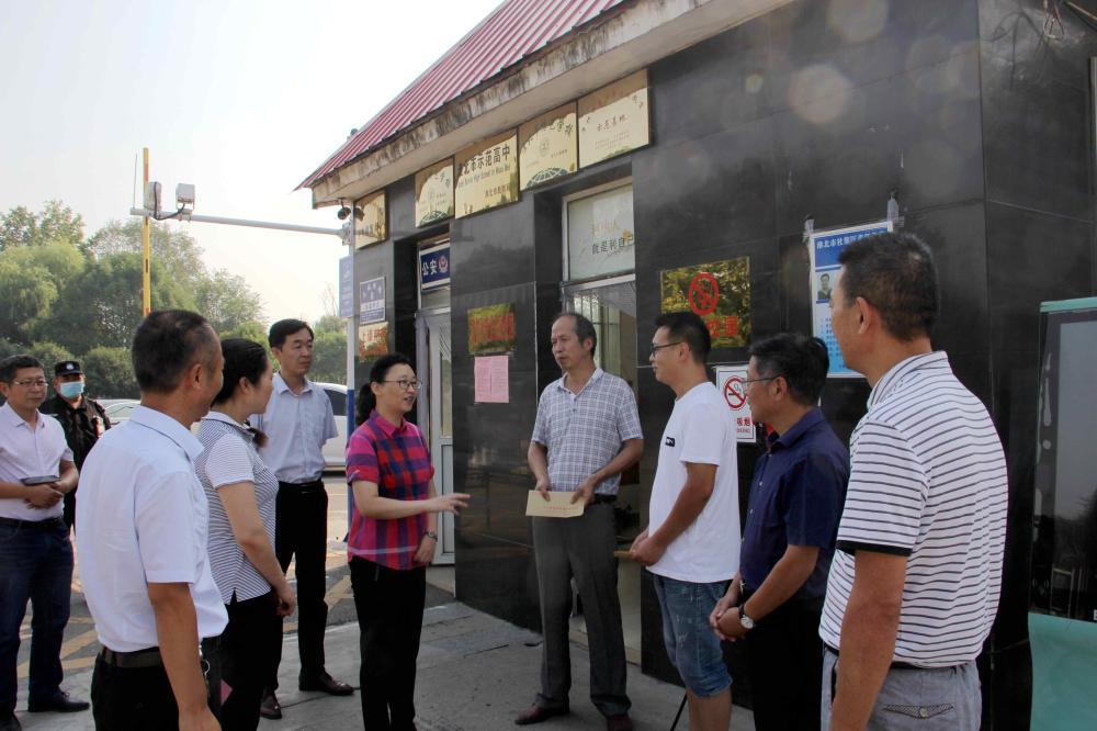 区委书记姜颖深入学校慰问教师代表
